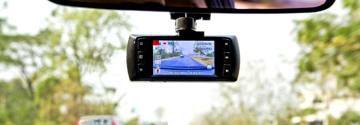 Kamera cofania w lusterku wstecznym to jedna z najczęściej montowanych kamer samochodowych